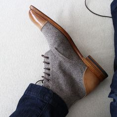hand welted two-tone boots from burnished calf leather and wool. Leather lining, leather soles and leather laces.