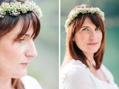 Une couronne de fleurs blanches pour Julie femme enceinte