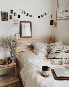 Unique Room Decor Bedroom Boho Minimalist 20 Wonderful Bohemian Minimalist Bedroom Ideas You Have To Bedroom Inspo, Diy Bedroom Decor, Bedroom Furniture, Diy Room Decor Tumblr, Bedroom Inspiration Cozy, Living Room Furniture Layout, Decor Room, Minimalist Room, Bedroom Ideas Minimalist