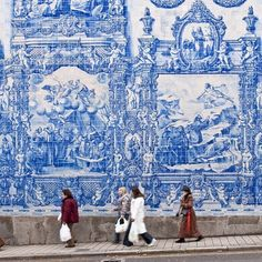 A wall of #Portuguese #tiles puts us near bliss! Known as #azulejos these iconic blue and white tiles not only serve a #decorative purpose they also serve as a necessity as they keep buildings cool from the hot #Portugal sun! Regrammed via @british_airways.  #arquitectura #architecture #archilovers #blueandwhite #decoracion #decoração #facade #Porto #portuguesetiles #tileart #tileaddiction #tilelove #tilestyle #tileometry #travel #vintagetile #walltile #walldecor #wanderlust by tileometry
