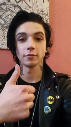 Andy Biersack. Awe >> Please tell me I'm not the only one tempted to pet his hair ~Rose