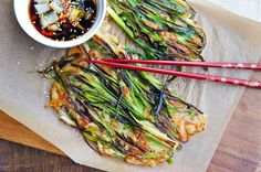 Seasaltwithfood: Pajeon~Korean Green Onion Pancake - basic ingredients and very easy to make! Turned out deliciously. Quick And Easy Appetizers, Best Appetizers, Easy Snacks, Appetizer Recipes, Vegetable Recipes, Vegetarian Recipes, Cooking Recipes, Scallion Pancakes, Asian