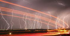 Relâmpagos iluminam o céu à noite próximo ao aeroporto Daggett, ao norte de Barstow, na Califórnia (EUA)