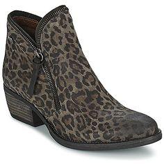 L'imprimé léopard continue de faire chavirer le cœur des femmes branchées, et ça, la marque portugaise Coqueterra le sait bien. C'est pourquoi elle nous propose ce modèle qui reprend cet imprimé décliné en gris, sur un modèle de boots faciles à porter au quotidien. - Couleur : Léopard - Chaussures Femme 135,00 €