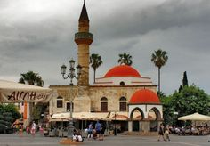 Kos town, Greece. The Hadji-Hassan mosque recognized by the high minaret. (by: harry eppink)