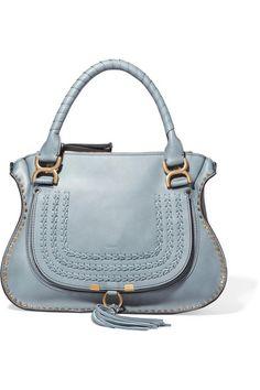 CHLOÉ Graugrünes Leder (Kalb)  Reißverschluss entlang der Oberseite  Designerfarbe: Cloudy Blue  Wird mit einem Staubschutzbeutel geliefert  Das Gewicht beträgt etwa 0,6 kg  Hergestellt in Italien