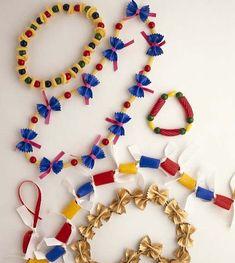 Risultati immagini per manualidades con pasta de comer Handmade Jewelry Designs, Handmade Crafts, Diy And Crafts, Arts And Crafts, Craft Activities For Kids, Preschool Crafts, Diy For Kids, Crafts For Kids, Pasta Crafts