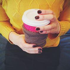 Уютный капхолдер для любителей зимнего кофе с собой❄️❄️❄️ Идеально подходит для стаканов 0,3 и 0,4 Есть в других цветах, 120 рублей. Номер вотсапа для заказа в профиле Кстати, конкурс продлен до 22 ноября! #byknitmyday #byknitmyday_в_наличии