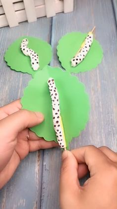 DIY cute caterpillar on a sheet - A simple tutorial that shows you . - DIY cute caterpillar on a sheet – A simple tutorial that shows you how to make cute caterpillar o - Kids Crafts, Daycare Crafts, Summer Crafts, Toddler Crafts, Creative Crafts, Preschool Crafts, Projects For Kids, Crafts To Sell, Diy For Kids