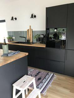 Modern Kitchen Design, Interior Design Kitchen, Home Decor Kitchen, New Kitchen, Studio Kitchen, Black Kitchens, Home Kitchens, Home Room Design, Cuisines Design