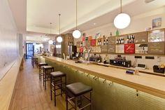 """""""Mui. Un bar de tapas como los de siempre pero con estética graciosa de frases en las paredes y decoración moderna.  Plato favorito: La nueva degustación de cinco tapas con vino y una tabla de queso con champagne, que se cocina delante del cliente, 25 € y la hamburguesa de tartar."""""""