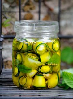 Recipe: Pickled zucchini with mini mozzarella Antipasto, Chutneys, Tapas, Zucchini Pickles, Pickled Zucchini, Food Tags, Party Snacks, Diy Food, Finger Foods