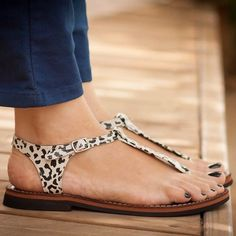 This weather is so good, I need to seriously fix the paint on my toenails that were last done in the warmer months so I can get my feet into these babies. Search 'Printed leather sandals' on dtll.com.au or click on the shopable link in our profile #dtll #