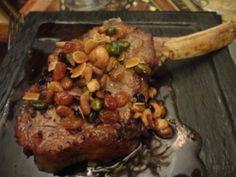 Une côte de veau aux fruits secs d'exception au Mori Venice Bar © GP