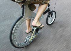 Belt-Driven, Hubless Rear Wheel Bicycle The aim was to use a hubless wheel to create a compact bicycle, with the benefits of a large wheel and belt drive.Hubless wheels have appeared in bicycle concepts already, and were first invented b. Velo Design, Bicycle Design, Tricycle, Pimp Your Bike, Belt Drive, Custom Bikes, Cool Bikes, Innovation, Cool Stuff