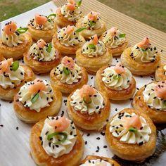 Vou Au Vent de cream cheese com salmão defumado . Vol Au Vent, Buffet Ideas, 81, Mini Cupcakes, Drinks, Desserts, Smoked Salmon, Sweets, Recipes