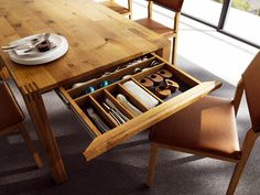 LOFT  by TEAM 7 Tavolo allungabile da pranzo in legno; tre larghezze e otto lunghezze, oltre che la forma rettangolare e quadrata. Aggiungendo una o due prolunghe esterne, il tavolo loft può essere allungato di 55 cm o 2 x 55 cm, raggiungendo una lunghezza massima di 360 cm.