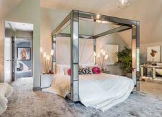 Efecto espejo - AD España, © Yoo La cama con dosel de cuatro postes del dormitorio principal, a juego con el resto de muebles de la estancia, también es diseño de Haddock.