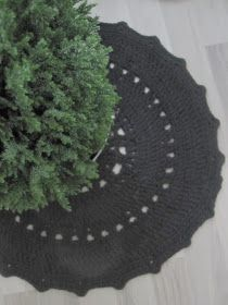 Thelma`s: Virkatut matot Tree Skirts, Christmas Tree, Holiday Decor, Diy, Home Decor, Crochet Carpet, Craft, Home, Trapillo