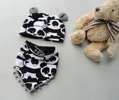 Czapeczkę w pandy z uroczymi uszkami plus chusta z pomponami uszyłam dla noworodka :) Jest przepiękna.  Jeżeli jesteś zainteresowana/y uszyciem takiej czapeczki większej bądź mniejszej, inny wzór z uszkami czy tez skontaktuj się ze mną ;) Z chęcią wykonam takie zamówienie z wielką pasją ;)   Mail: ulcia1710@poczta.onet.pl Mój fanpage: https://www.facebook.com/wylegarniarozmaitosci/?fref=ts