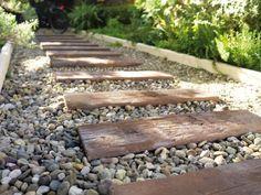 des traverses sur un chemin de pierre alles de jardin - Pierre De Jardin Decorative