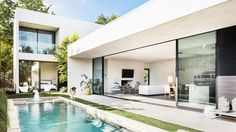 For a narrow plot in Dallas, Wernerfield has created a home for a young couple that consists of off-white bars situated around a single yard. Minimalist House Design, Minimalist Home, Modern House Design, Style At Home, Future House, L Shaped House, Design Exterior, Backyard Pool Designs, Unique Architecture