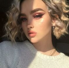 Here's a detailed explanation of where and how to use highlighter makeup, accompanied by some particularly pearlescent runway beauty photos. aufbewahrung augen blaue augen eyes für jugendliche hochzeit ıdeen retention tipps eyes wedding make-up 2019 Cute Makeup, Pretty Makeup, Makeup Looks, Hair Makeup, Makeup Style, Pink Makeup, Beauty Make-up, Beauty Hacks, Hair Beauty