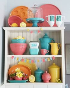 Do we spy Fiestaware? No matter your go-to brand, dishes look so great when displayed on an open face shelf. Photo from . What are your kitchen tips and tricks? Vintage Dishware, Vintage Decor, Kitchen Colors, Kitchen Stuff, Kitchen Tips, Kitchen Decor, Fiesta Kitchen, Vintage Kitchen Accessories, Dish Display