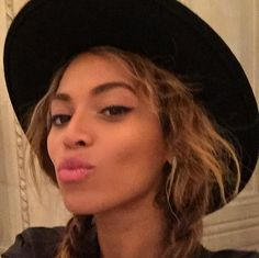 Crazy in Louvre: Beyonce selfie in the museum