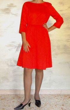 Abito rosso di seta grezza L'abito da cerimonia, di un bel colore rosso corallo. Semplice ma nello stesso tempo elegante.  La seta è di peso medio ne leggera ne pesante. E' molto comodo da indossare.