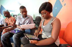 """Com o apoio do Google África, foi inaugurado o primeiro """"tabletcafé"""" no centro de Dacar, capital do Senegal. Contando inicialmente com 15 tablets para aluguel, o empreendimento é iniciativa de um senegalês e contou com uma boa presença na sua inauguração, incluindo estudantes de telecomunicações e curiosos (G1 Tecnologia)"""