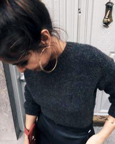 Maxi créoles dorées + pull fin + chignon haut légèrement flou = le bon mix (instagram Collage Vintage)
