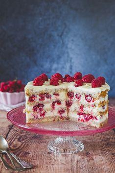 Tort z kremem z białej czekolady i malinami Cookies And Cream Cake, Cake Cookies, Baking Recipes, Dessert Recipes, Baking Basics, Polish Recipes, Something Sweet, Food Inspiration, Sweet Recipes