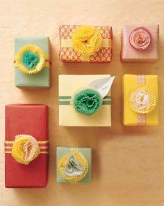 Paquet-cadeau orné d'un œillet fait avec des coupelles pour cupcakes - tutoriel