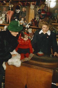 В магазине «Детский мир». Секция «Игрушки», конец 1950-х