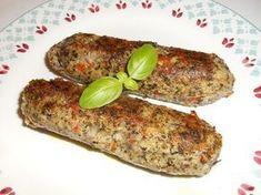 Déjà presque végétale à l'origine, la saucisse d'herbes (ou d'herbe) est une grosse saucisse d'apparence plus ou moins verdâtre, moitié «herbes» (au sens de «légumes»), moitié (pour nous) légumineuses, bien aromatisée. Sa composition associe donc des herbes (nous avons privilégié les blettes au détriment des épinards, de l'oseille ou du chou...) à des haricots rouges. Le tout mixé, enrichi d'ail, de persil, de ciboulette, de piment doux et fort, de poivre et de sel, sera façonné en boud...