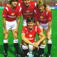 Summer 1984 and Bryan Robson poses with the 3 new United signings. Manchester United Images, Manchester United Football, Bryan Robson, Back To The 80's, Professional Football, Old Trafford, Man United, Best Player, Football Soccer