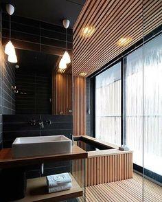 Master Bathroom | Elementos como a madeira trás um conforto térmico só de olhar além de deixar o projeto mais luxuoso  (Projeto Arthur de Mattos Casas)