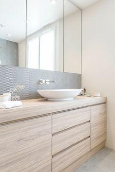meubles sous evier en bois clair, mobalpa salle de bain, aménagement salle de bain