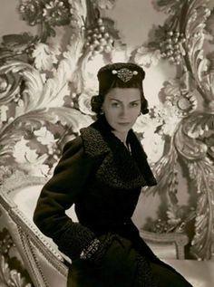 """""""Viste vulgar y verán el vestido,viste elegante y verán a la mujer"""" . Coco Chanel"""