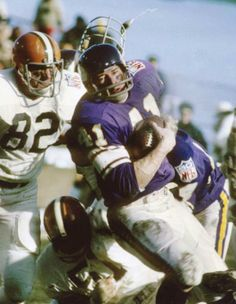 1970 Cleveland Browns Minnesota Vikings running back Dave Osborne is pursued by . Nfl Football Players, Best Football Team, Football Photos, Sport Football, Football Helmets, Football Season, Nfl Vikings, Minnesota Vikings Football, American Football League