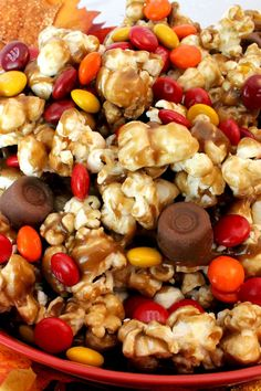 Just because it is Thanksgiving doesn't mean you have to serve your Thanksgiving dinner guests pie for dessert. How about something different like this super yummy Harvest Caramel Corn? This is a Thanksgiving Dessert everyone will be raving about for year Corn Thanksgiving, Thanksgiving Desserts Easy, Fall Desserts, Thanksgiving Trail Mix Recipe, Thanksgiving Decorations, Thanksgiving Prayer, Thanksgiving Outfit, Party Desserts, Keto Desserts