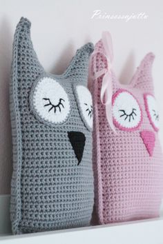 Kovin vauvapainotteisia käsitöitä täällä on ollut viimeaikoina työn alla.   Monelta suunnalta on viime aikoina... Crochet Home, Crochet Gifts, Crochet For Kids, Diy Crochet, Crochet Dolls, Owl Crochet Patterns, Owl Patterns, Crochet Cushion Cover, Crochet Pillow