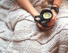 Sezon na przesiadywanie pod kocem z gorącą herbatą rozpoczęty Emotikon smile Ale nie obijam się. Redaguję przewodnik po włóczkach. Jutro wełna owcza #wool #knitting #yarn #blanket #autum #tea #alpaka