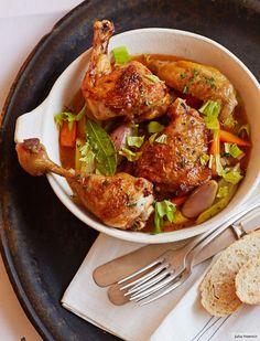 Das Huhn braucht Wein! Wer es geschmacklich etwas runder mag, ersetzt die Hälfte des Weißweins durch Wermut.