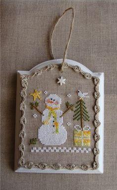 """Modèle Frosty Flakes de Little House Needleworks sur plaque de porte """"Casa"""", il en existe chez Maisons du monde et autres magasins de déco !"""