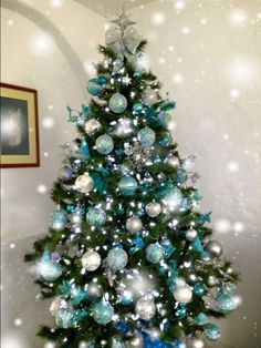 Weihnachtsbaum Ideen - Christmas Tree with Purple Blue and Silver Decorations Teal Christmas Tree Decor. Teal Christmas Tree, Blue Christmas Tree Decorations, Frozen Christmas Tree, Hanging Christmas Lights, Beautiful Christmas Trees, Xmas Tree, Christmas Themes, White Christmas, Silver Decorations