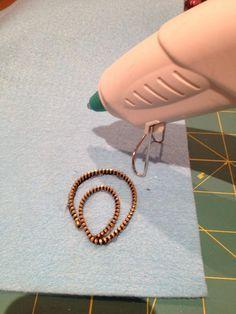 نلصق السحاب على قطعه من الجوخ stick the zipper on the felt