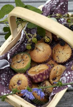 muffins med brombær Blackberry Bramble, Bread Recipes, Cooking Recipes, Berry Picking, How To Make Pie, Beautiful Cupcakes, Artichoke, Food Styling, Muffins