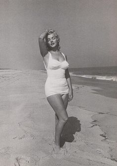 May: Marilyn Monroe and her husband Arthur Miller in Amagansett Beach in East Hampton, Long Island, photographed by Sam Shaw; for Look magazine. Marylin Monroe, Marilyn Monroe Movies, Marilyn Monroe Photos, Hollywood Icons, Vintage Hollywood, Classic Hollywood, Hollywood Heroines, Pin Up, Bathing Costumes